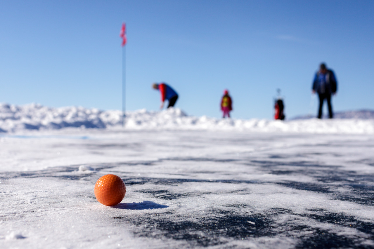 Winter golf is played not only in Russia. Annual championships are also held in Canada, Sweden and Greenland—participants in the latter do not stop sinking balls even at temperatures of -50 C. In comparison, Baikal ice golf is a breeze: the average temperature in the region of Listvyanka in March does not fall below -7 C, but the wind speed can rise to 15 meters per second.