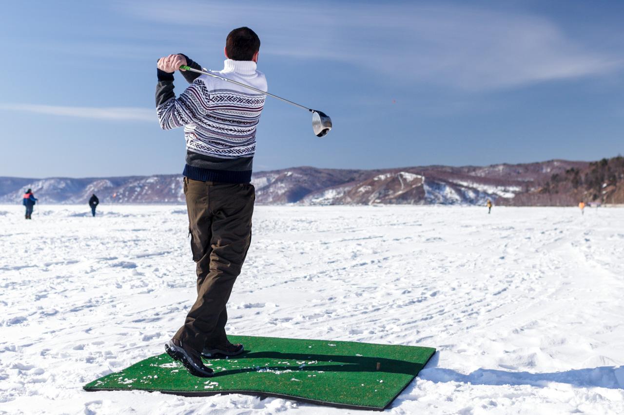 Osim zimskog golfa, Bajkal je odličan i za vožnju na biciklima s debelim gumama, ribolov, vožnju džipom, motociklizam, planinarenje i trčanje maratona na ledu. Ljudi na ledenim santama čak i sviraju glazbu i grade knjižnice od leda.