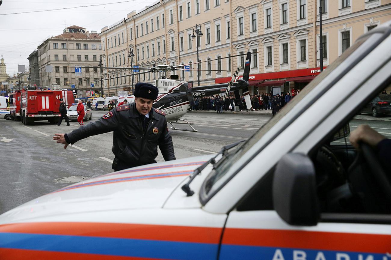 Unit layanan darurat tiba di luar stasiun metro Sennaya Ploshchad, menyusul terjadinya ledakan di dua gerbong kereta api bawah tanah di Sankt Peterburg, Rusia, Senin (3/4).