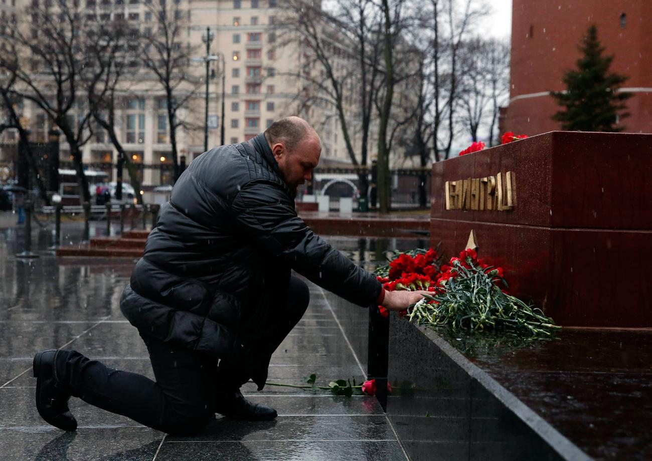 Moscovitas prestam homenagem às vítimas de explosão, em frente à estela de Leningrado (atual São Petersburgo), ao lado da Praça Vermelha