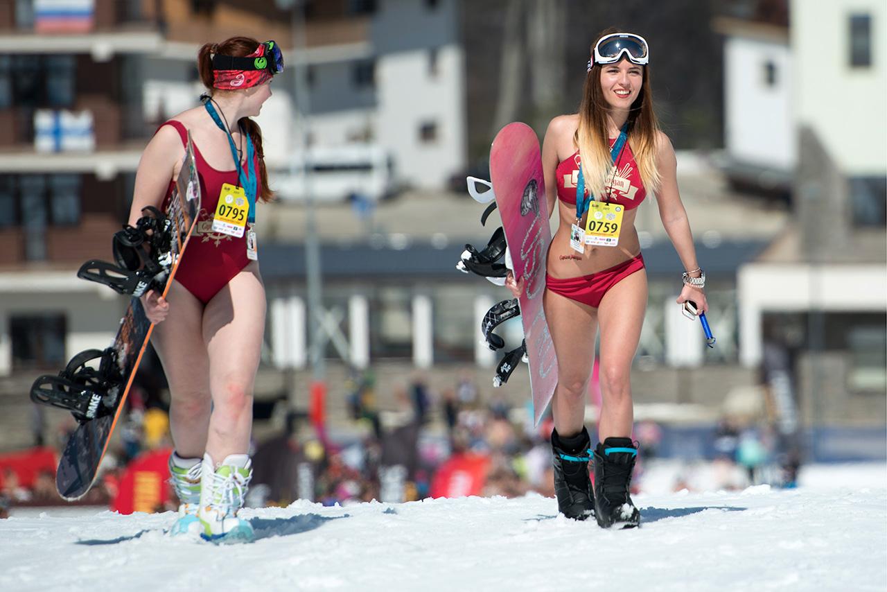 """L'appuntamento del 2016 sulle piste di Sheregesh, un rinomato centro sciistico della Siberia, è entrato nel Guinness dei primati come la più grande esibizione di sciatori in costume. E anche quest'anno la città olimpica di Sochi ha ospitato dal 30 marzo al 2 aprile il carnevale alpino """"Boogel Woogel"""". Non è stato soltanto un evento pieno di colori, divertimento ed energia, ma l'occasione per intraprendenti sciatori e snowboarder di stabilire un nuovo record mondiale nella discesa in costume da bagno"""