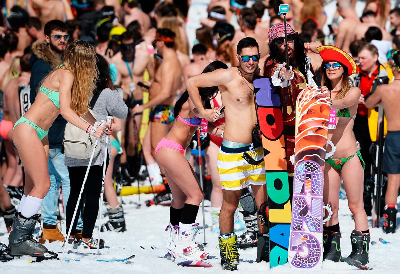 Plus de 1 900 participants se sont officiellement inscrits sur le site de Boogel Woogel, même si tous n'ont pas pu se rendre sur la ligne de départ. La célèbre station de ski de Rosa Khoutor a accueilli des visiteurs venus de 25 villes russes et de l'étranger, dont le groupe de musique letton Brainstorm. D'après les participants, la piste était idéalement préparée et l'ambiance positive a égayé les pentes sous un soleil éclatant.