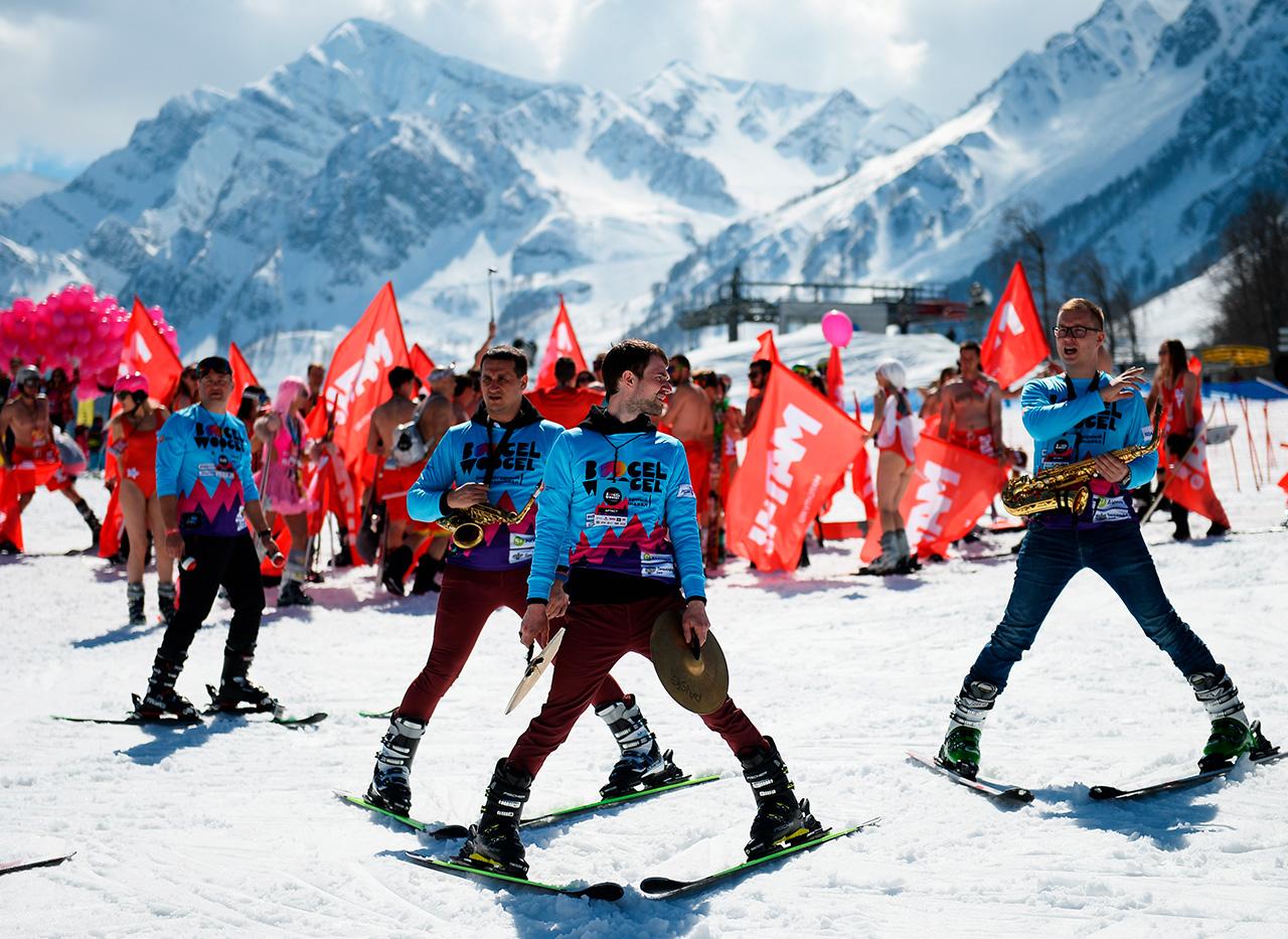 Certains participants ont fait équipe pour descendre la piste avec des bannières hautes en couleurs.