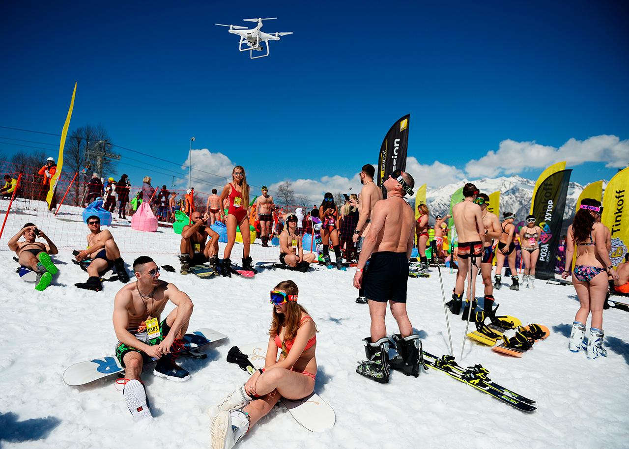 Nelle pause si notava bene la differenza tra sciatori e snowboarder: mentre quest'ultimi si potevano sedere o camminare senza grossi problemi, gli sciatori per colpa degli scarponi rigidi assomigliavano a Robocop