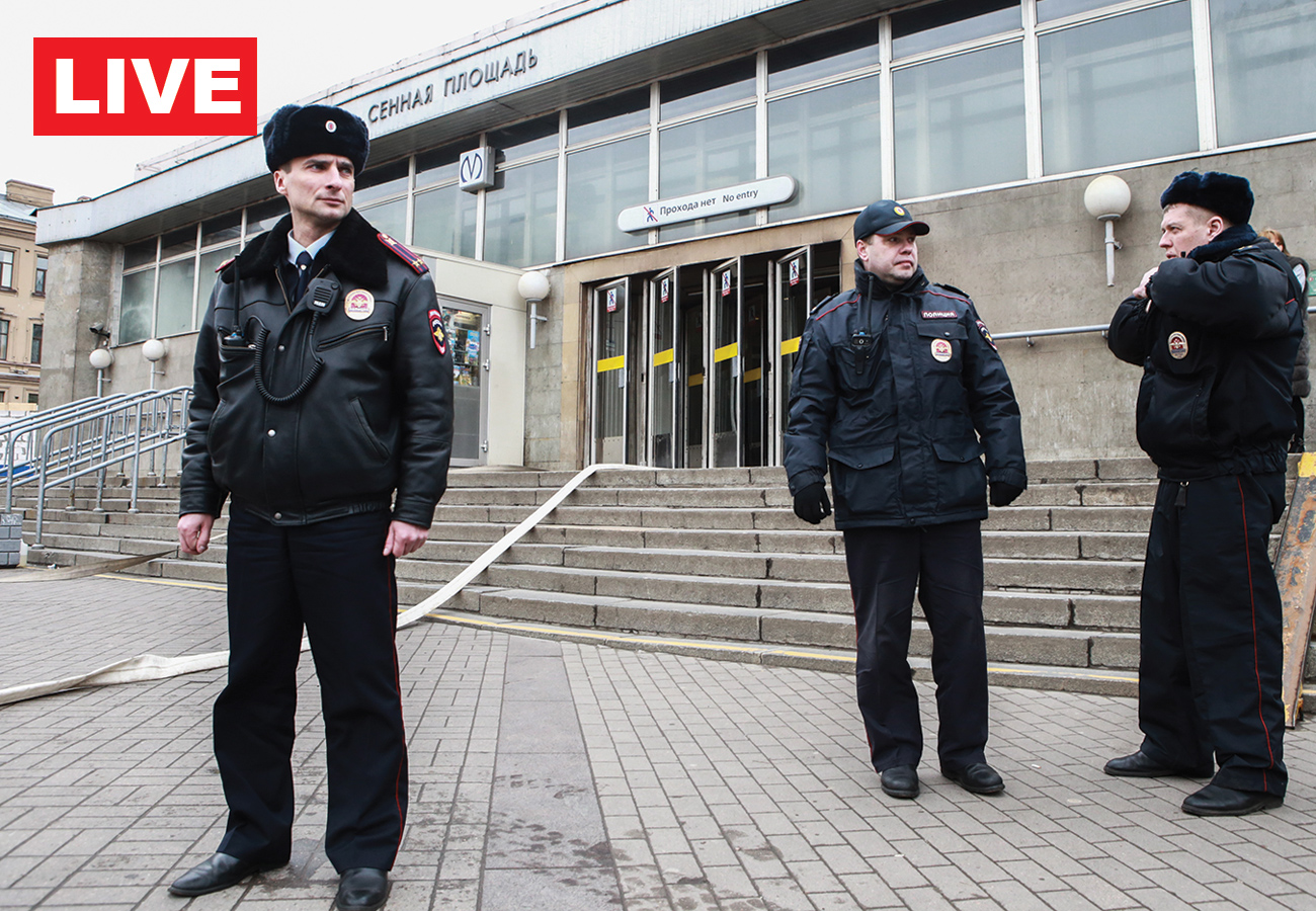 Forze dell'ordine fuori dalla fermata metropolitana Sennaya Ploshchad di San Pietroburgo.