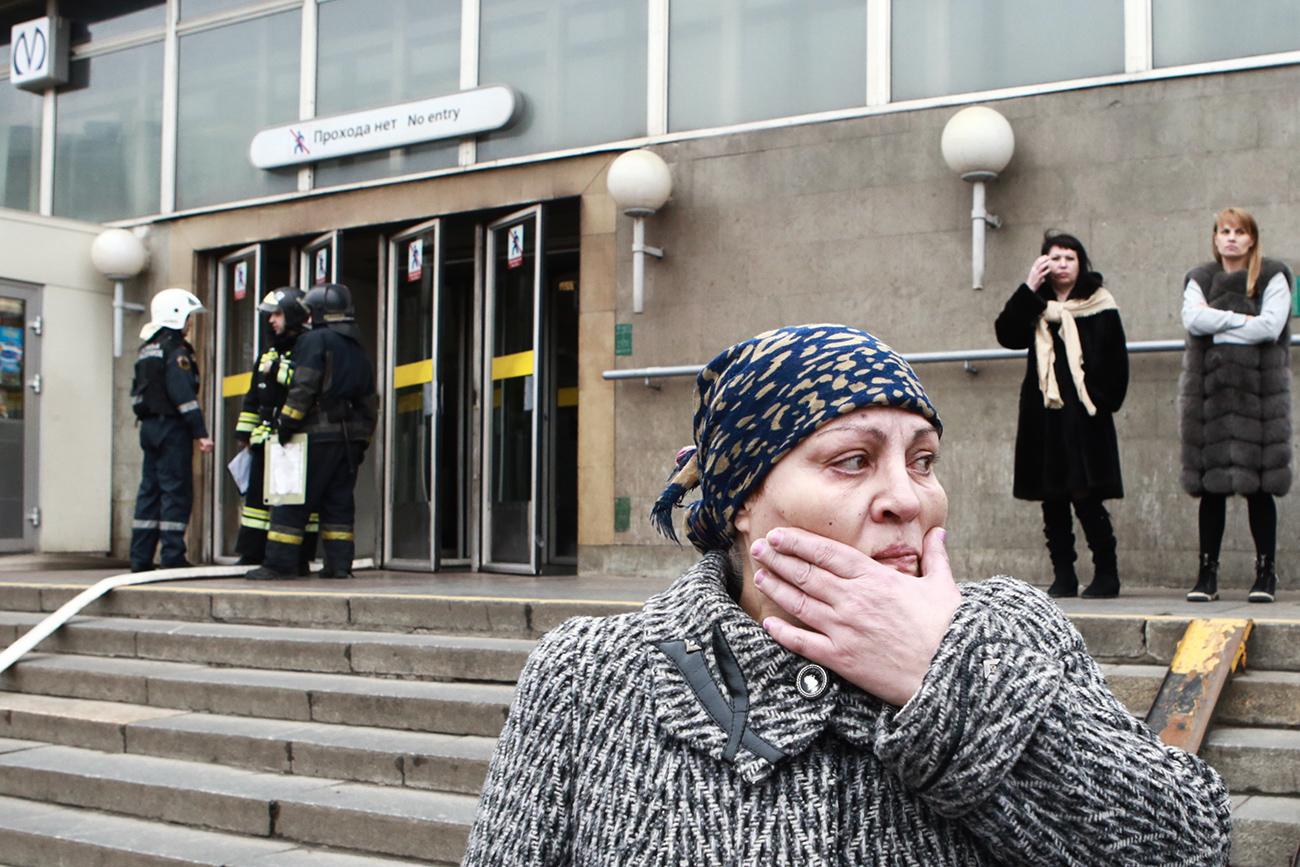 """Жителка на градот пред метро-станицата """"Сенаја плошчад"""", каде на делницата до станицата """"Технолошки институт"""" во вагон на метрото се случи експлозијата. 3 април 2017, Санкт Петербург, Русија."""