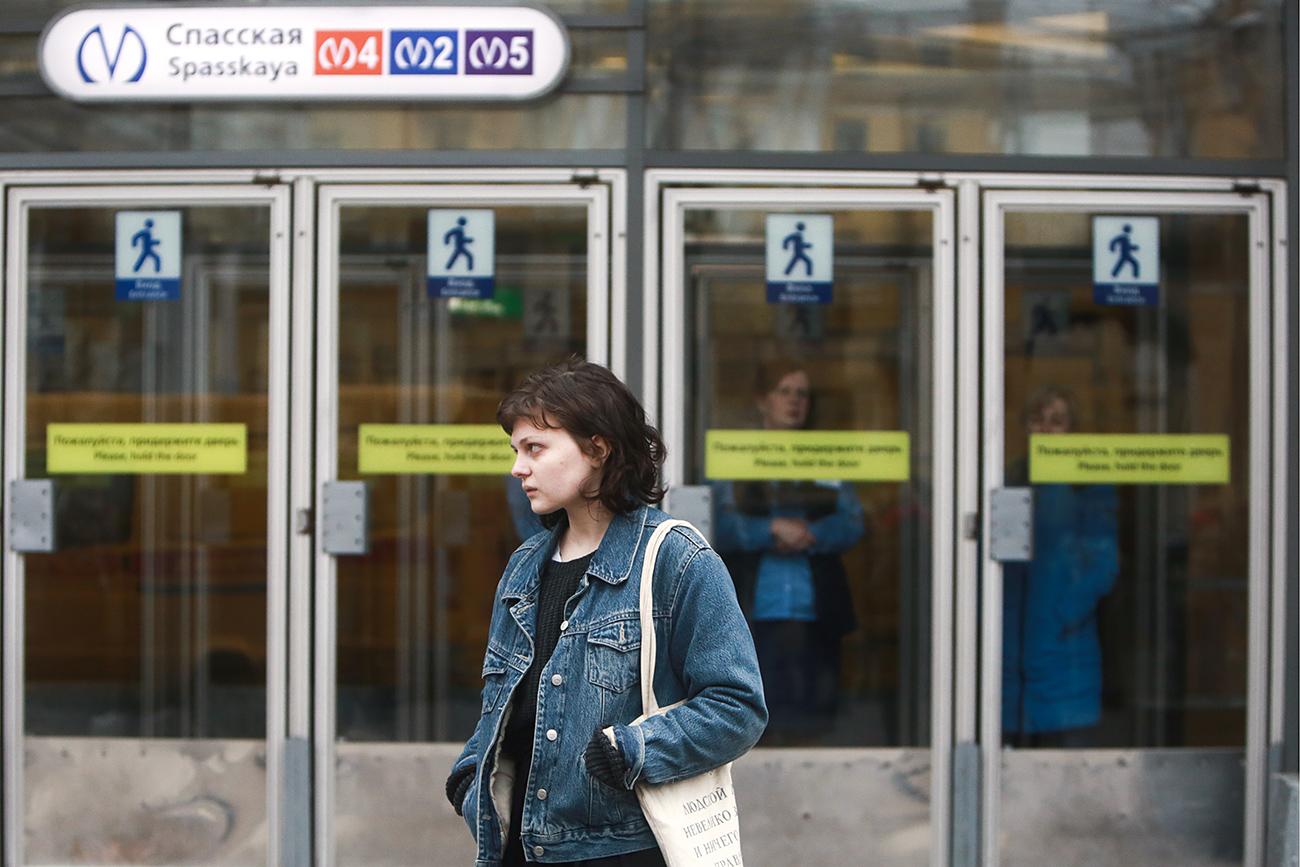 """Русия. Санкт Петербург. 3 април2017. Жена пред входа на метростанция """"Спасская"""", затворена след взрива в градското метро."""