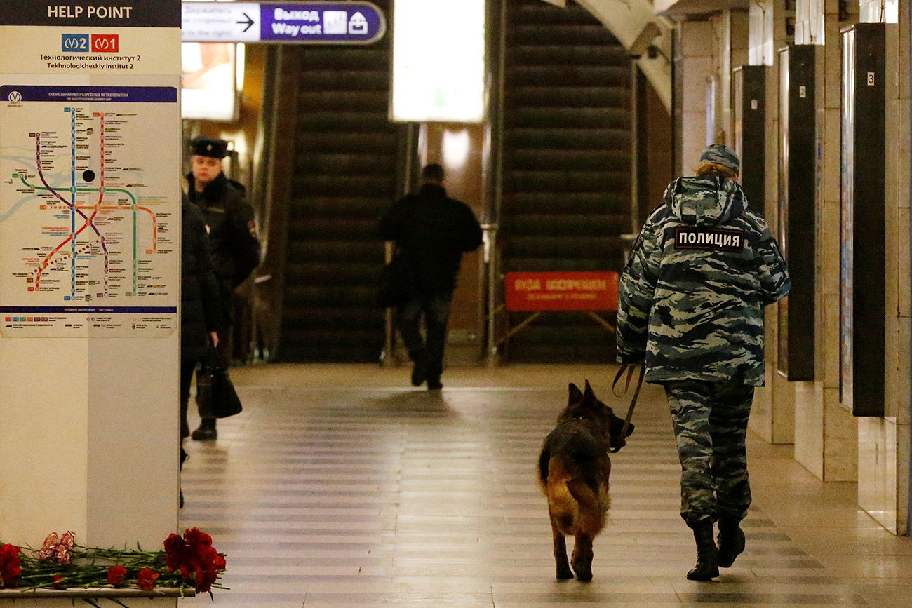 A police officer walks with a dog at Tekhnologicheskiy Institut metro station in St. Petersburg, April 4, 2017.