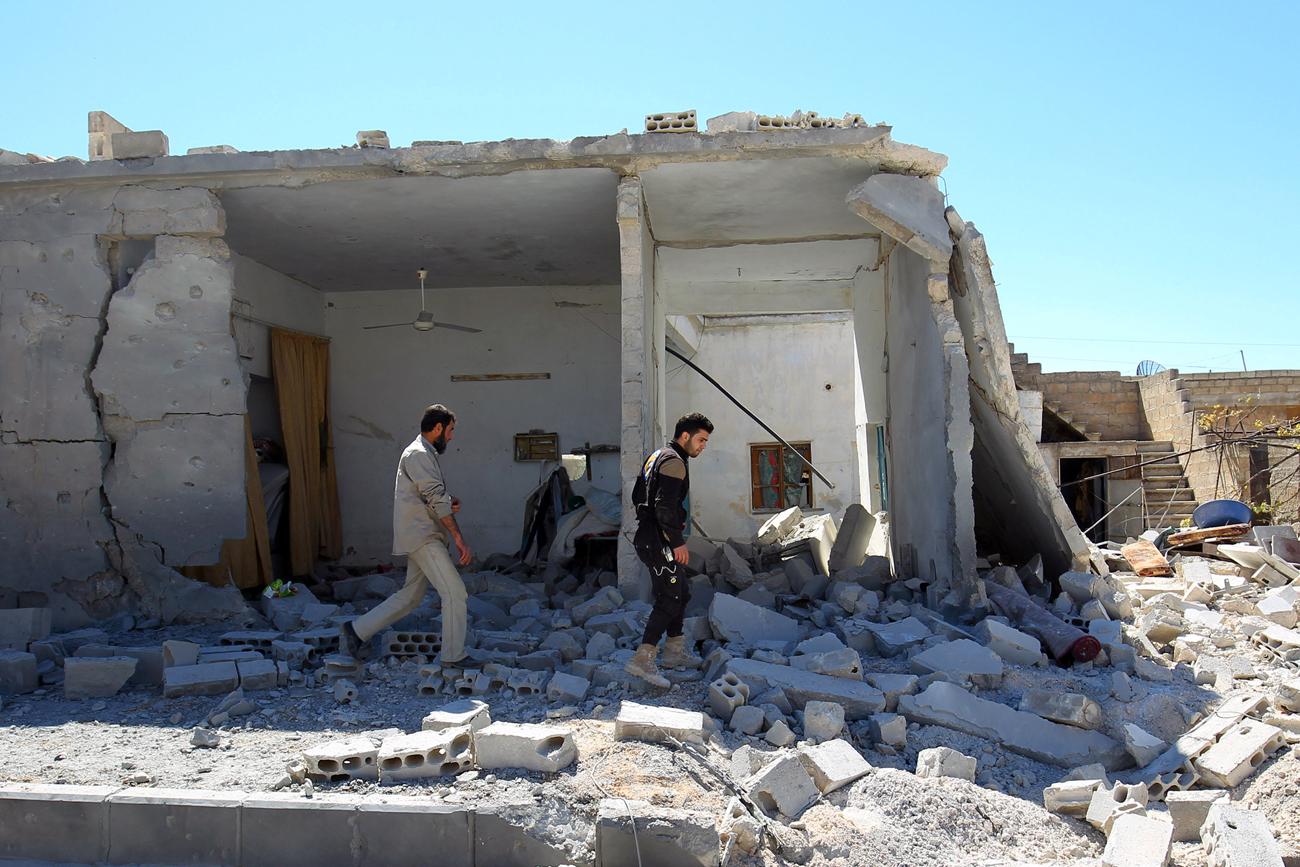 Anggota pertahanan sipil memeriksa kerusakan di lokasi yang terkena serangan udara, di kota Khan Sheikhoun yang dikuasai pemberontak, Idlib, Suriah, 5 April 2017.