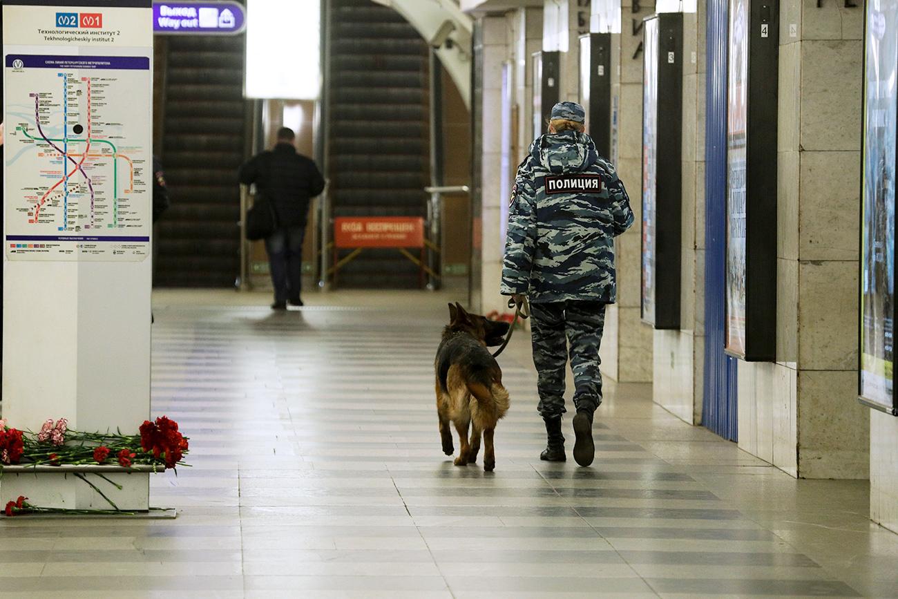 """La stazione """"Tekhnologicheskij Institut"""" della metro di San Pietroburgo il giorno dopo l'attentato terroristico avvenuto il 3 aprile.\n"""