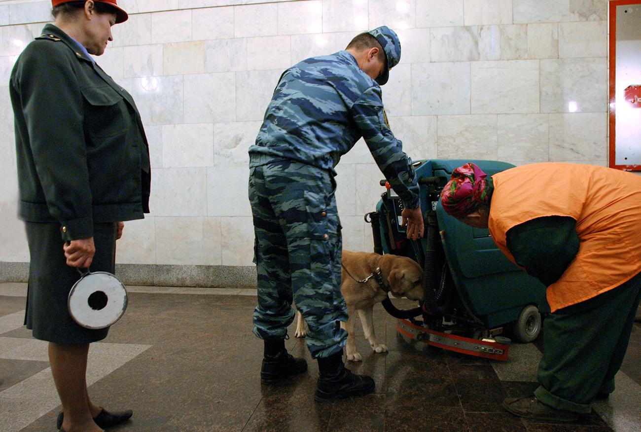 Un cane poliziotto nella metro di Mosca\n