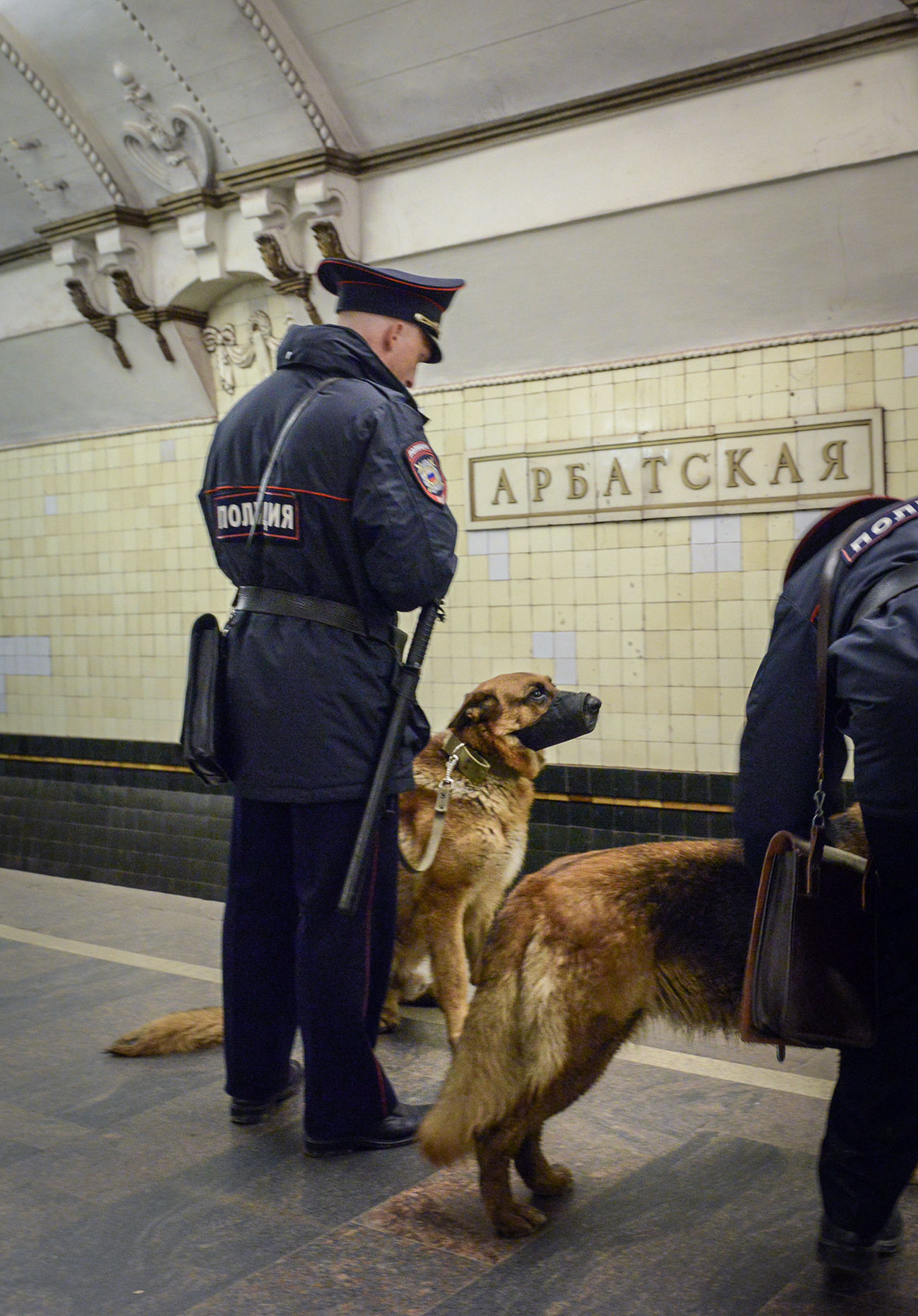 MOSCOW, RUSSIA. APRIL 27, 2015. Police officers with dogs at Arbatskaya Station (Arbatsko-Pokrovskaya Line) of the Moscow Metro.  / Nikolai Galkin/TASS
