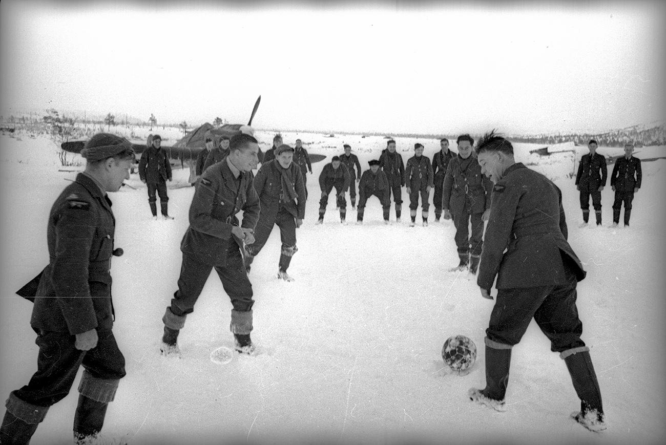 Match amical de football entre les pilotes soviétiques et anglais, Arctique, 1942. Crédit: Musée d'art multimédia de Moscou