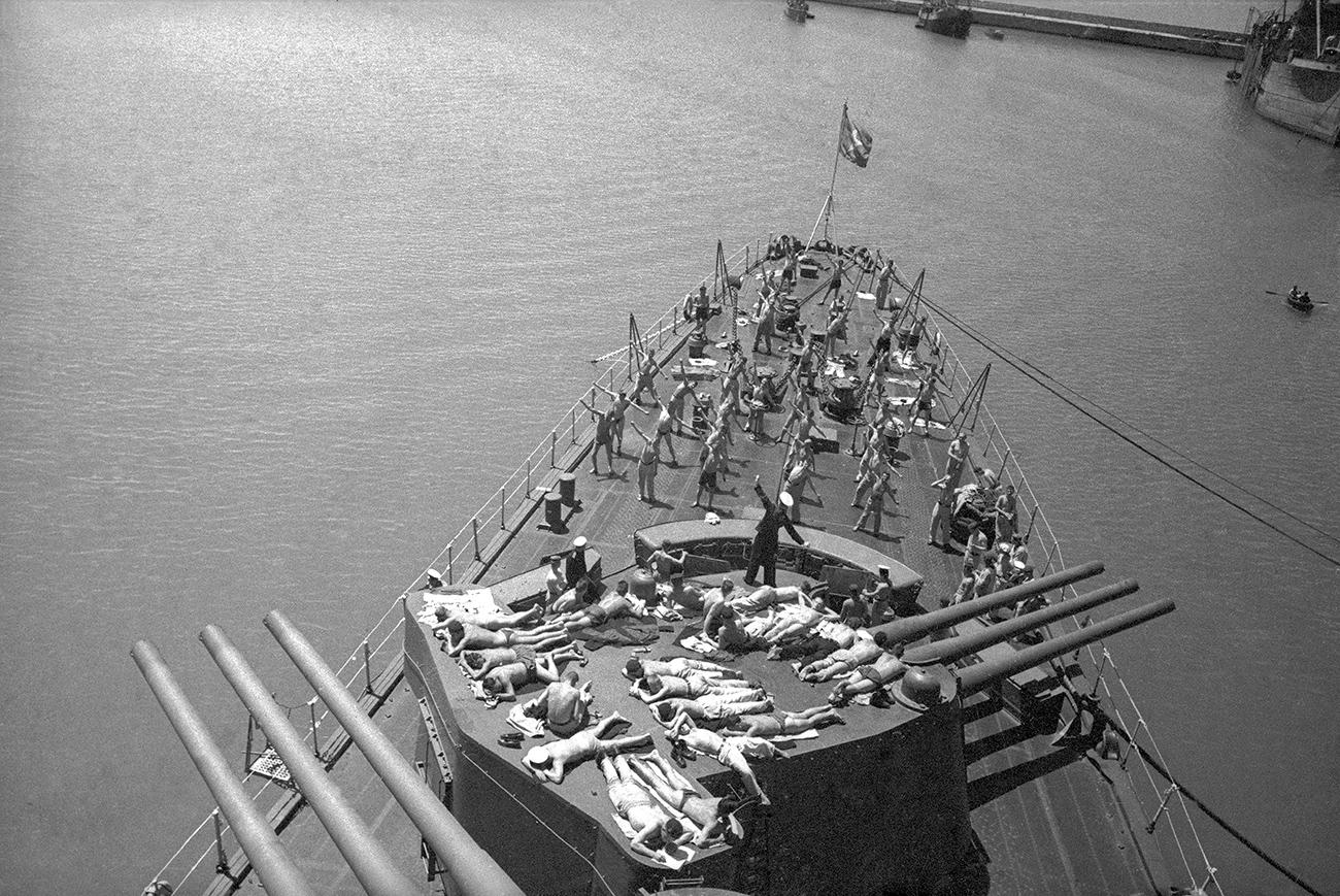 Marineros tomando el sol en la cubierta del crucero 'Mólotov'. Sebastopol, 1944. Fuente: Multimedia Art Museum Moscow