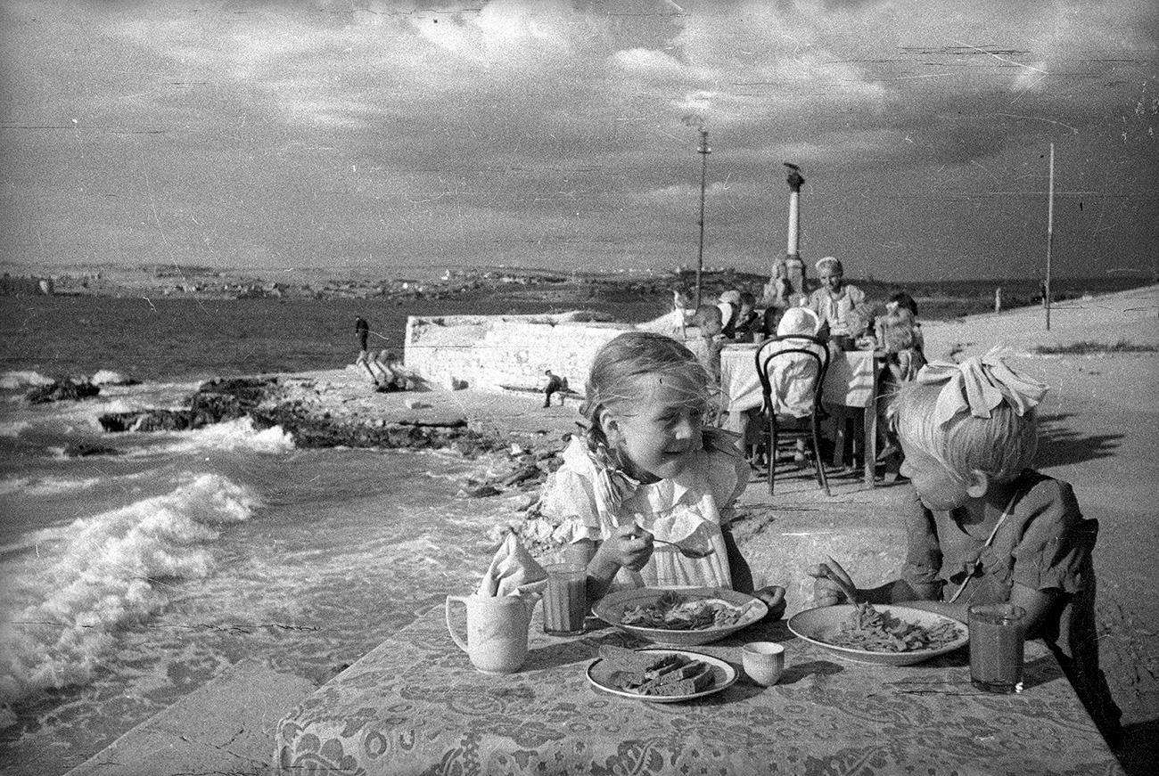 Déjeuner dans un jardin d'enfant en bord de mer. Sébastopol, 1944. Crédit: Musée d'art multimédia de Moscou
