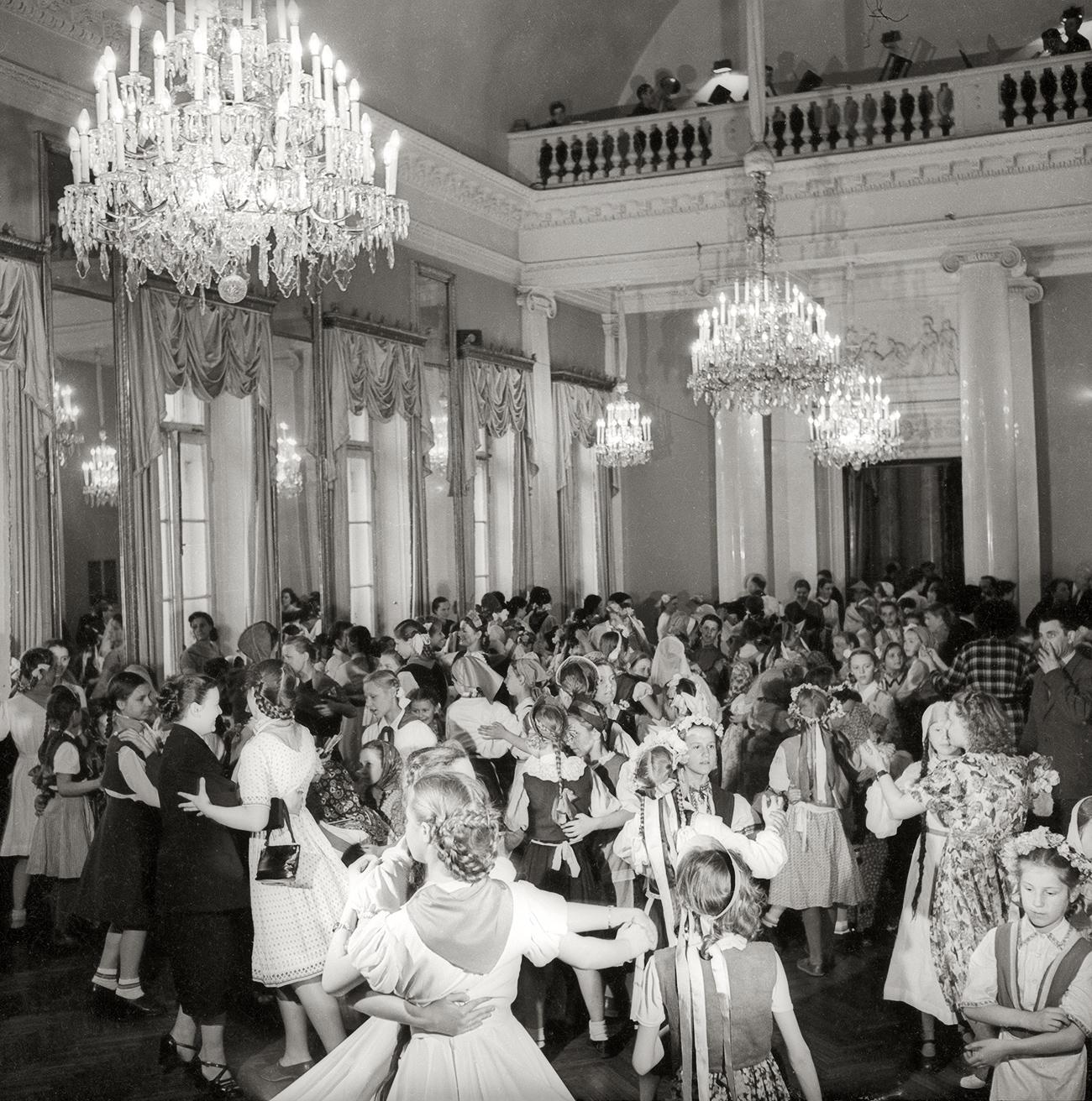 Bailes en la Casa de la Cultura. Leningrado, 1945. Fuente: Multimedia Art Museum Moscow