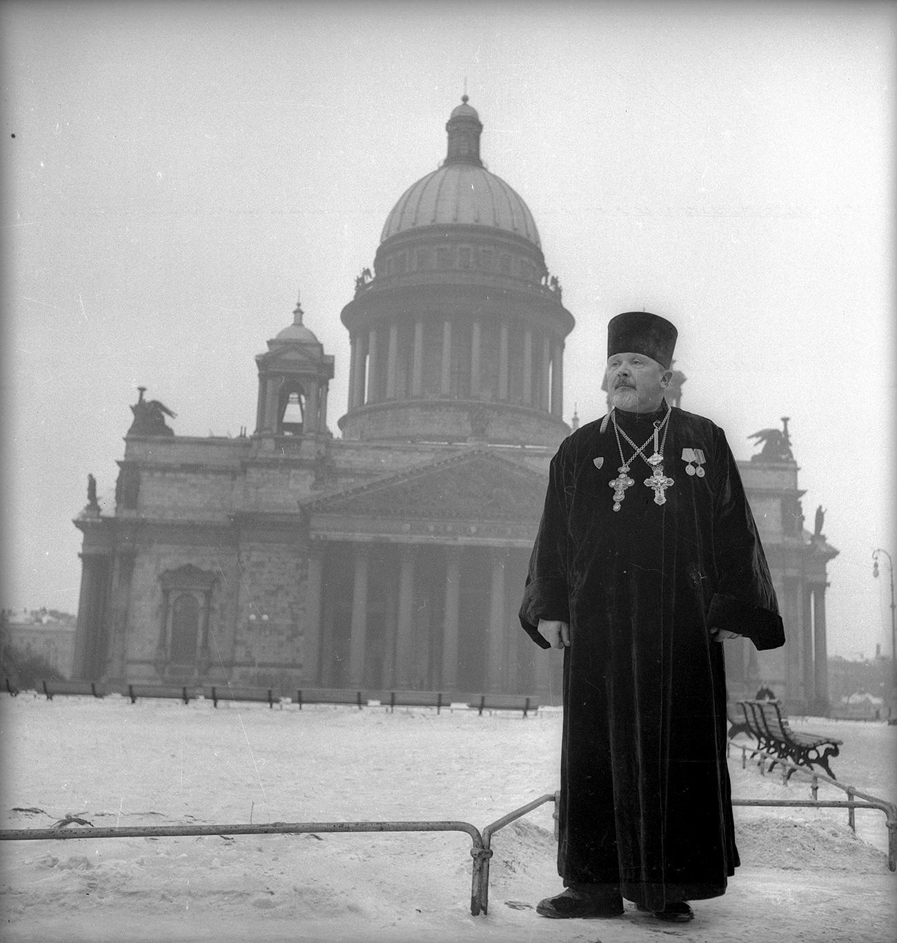 Le prêtre Lomakine devant la Cathédrale Saint-Isaac, Léningrad, 1945. Crédit: Musée d'art multimédia de Moscou