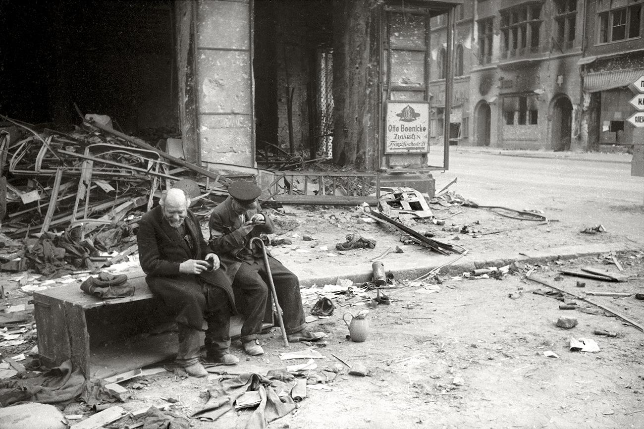 «Pourquoi faire la guerre?», demande un aveugle. Berlin, 1945. Crédit: Musée d'art multimédia de Moscou