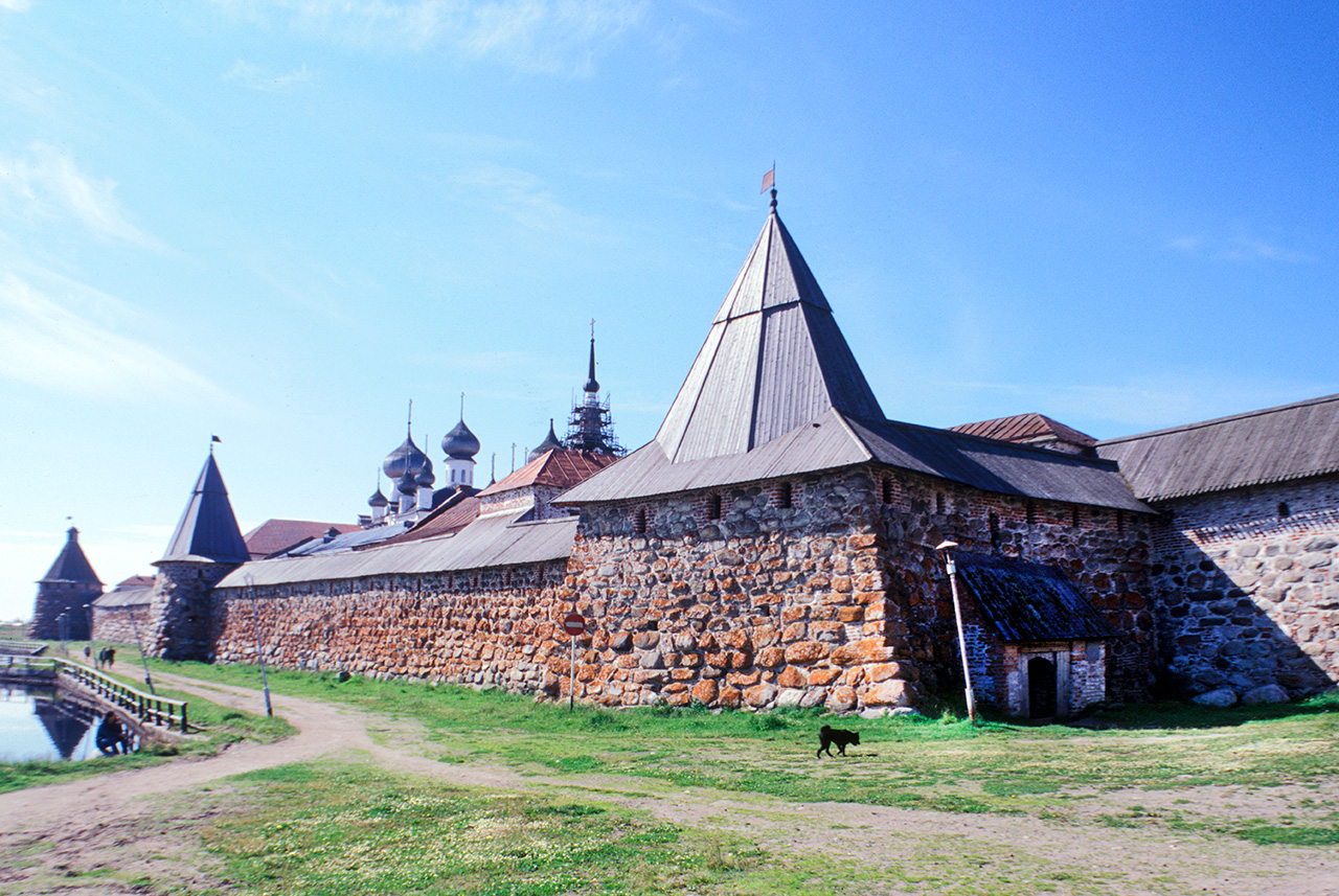 Solovetsky Transfiguration Monastery. East wall with Archangel Tower, Cooks Tower & Kvas Brewing Tower (right). July 25, 1998. / Photo: William Brumfield
