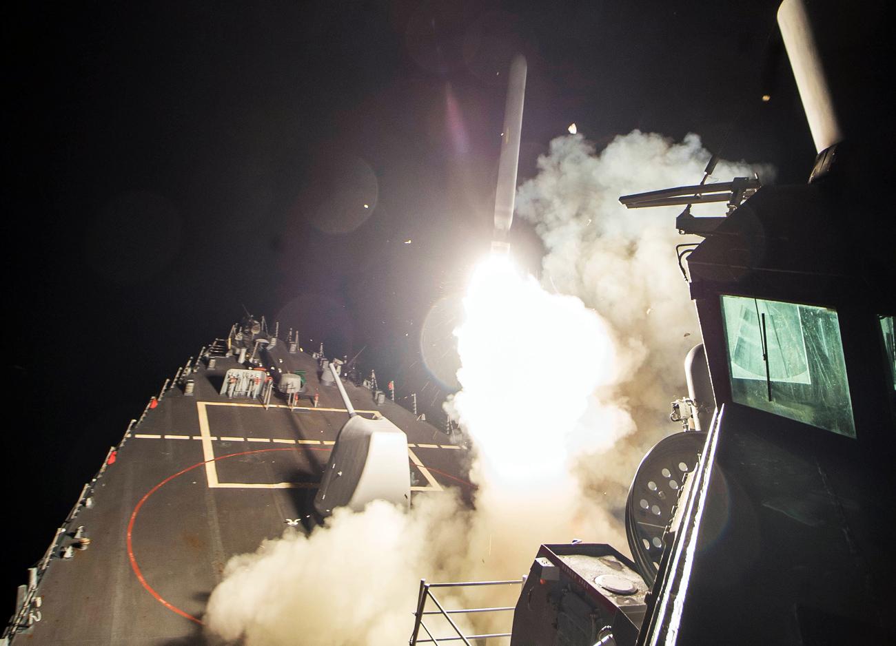 Nella provincia di Homs, in Siria, i cacciatorpediniere americani hanno lanciato 59 missili Tomahawk sulla base dell'aeronautica siriana Shayrat.