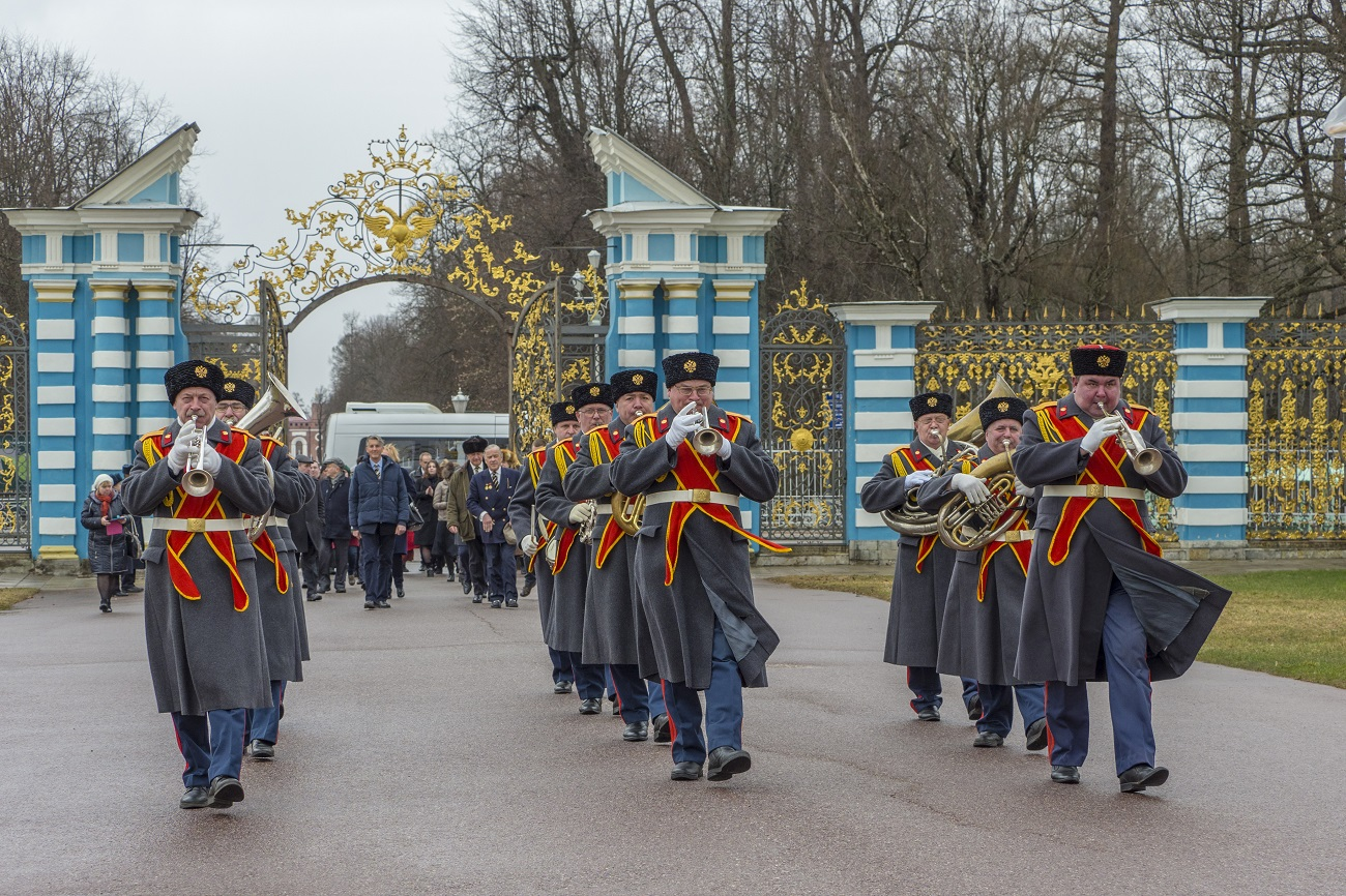 Last formal visit of the regiment members took place in 1895. They were greeted by the members of The Russian Imperial Guard and visited Tsarskoe selo, as their brother-officers did today. // Scottish guests were met with orchestra as 122 years ago.