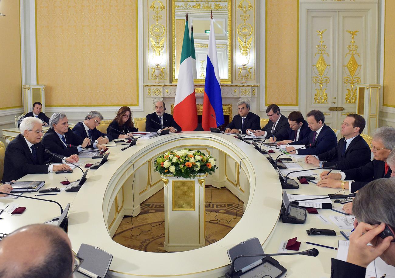 Il Presidente Mattarella, a sinistra, durante l'incontro a Mosca con il primo ministro russo Dmitrij Medvedev, a destra. Fonte: Aleksandr Astafiev/RIA Novosti