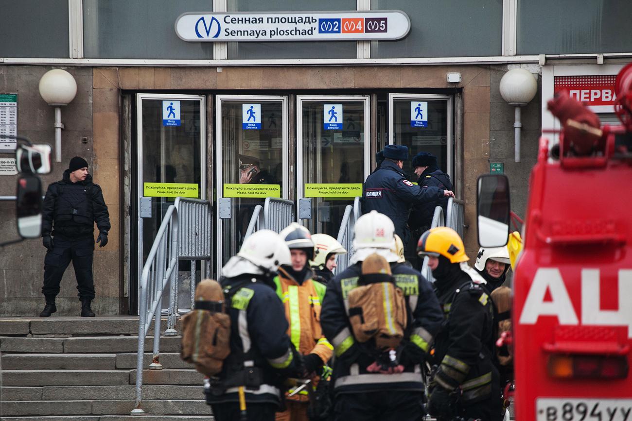Aparat kepolisian dan tim unit layanan darurat berjaga di di luar stasiun metro Sennaya Ploshchad, Sankt Peterburg, yang ditutup menyusul ditemukannya objek mencurigakan, Selasa (4/4).