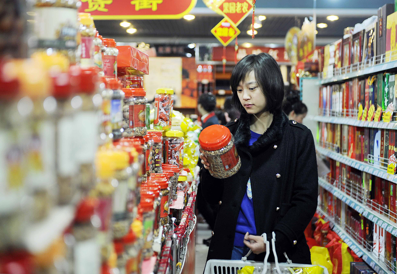 A customer chooses leisure food in a supermarket in Yinchuan, capital of northwest China's Ningxia Hui Autonomous Region.