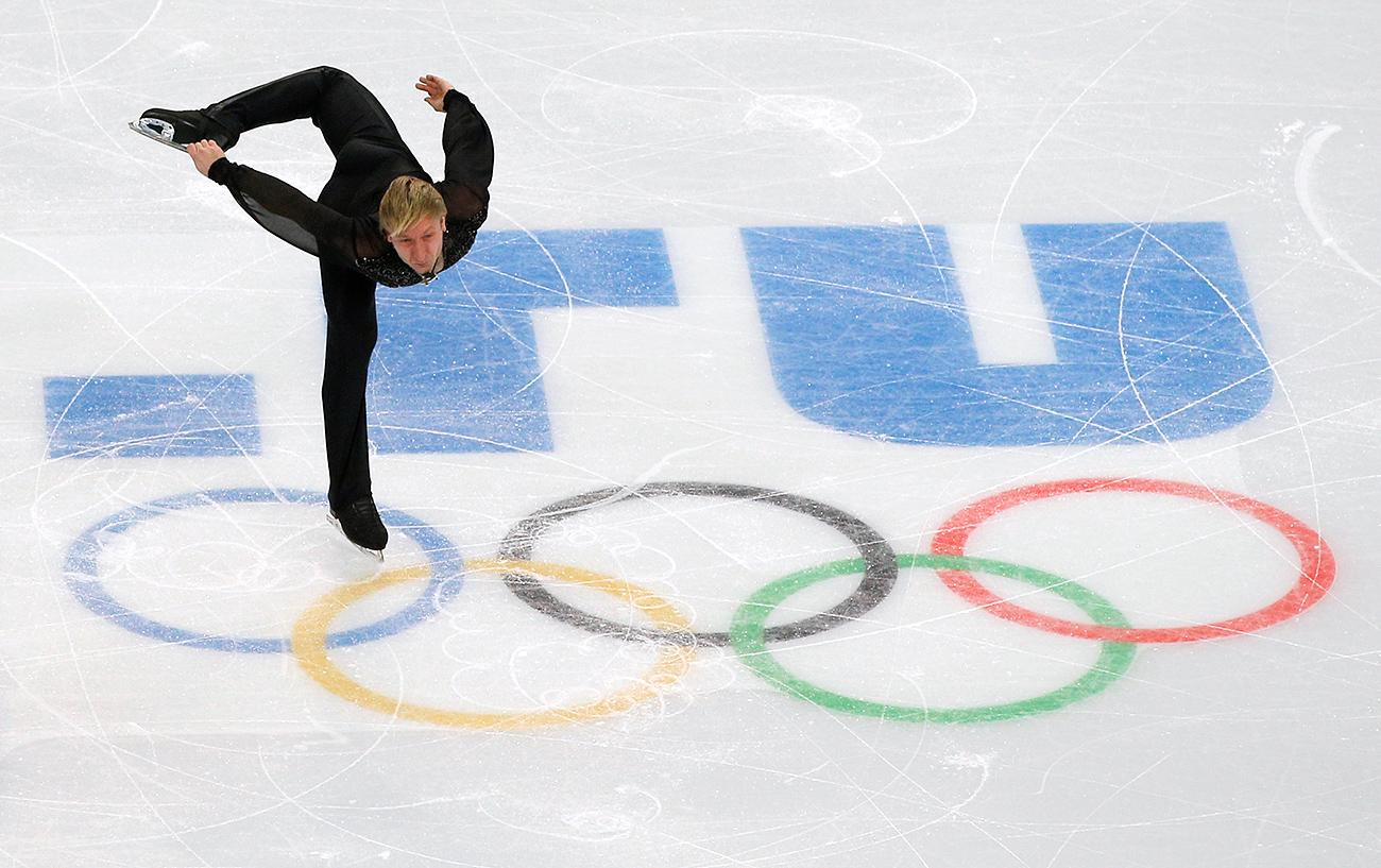 """Евгений Плюшченко изпълнява волната си программа в ледената арена """"Айсберг"""" в Сочи по време на Олимпийските игри-2014. Снимка: AP"""
