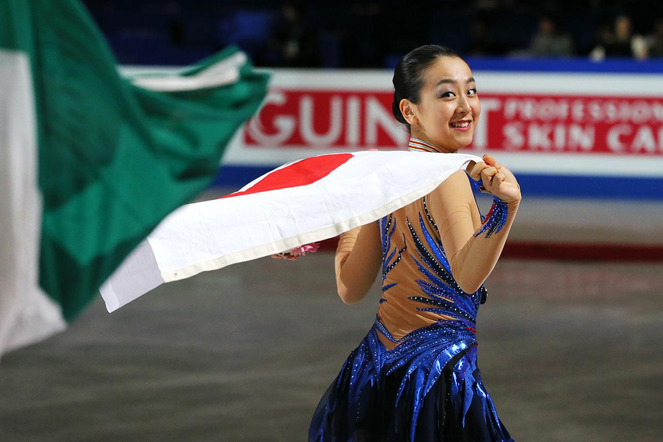 Мао Асада със знамето на Япония след победата ѝ в кратка програма при жените на Световното първенство по фигурно пързаляне в Саитама, Япония, 2014 г. Снимка: AFLO/Global Look Press
