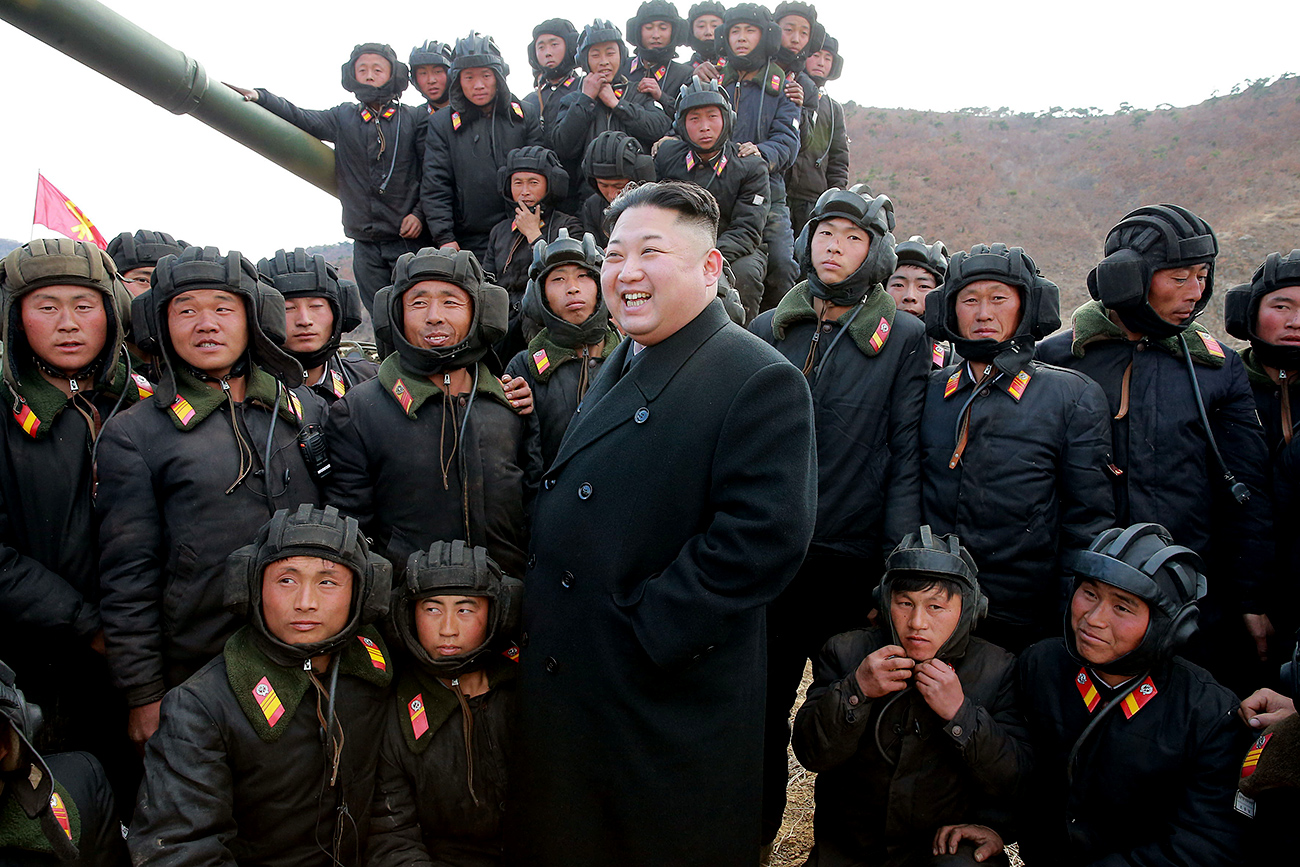 Pemimpin Republik Demokrasi Rakyat Korea (DPRK) Kim Jong-un menghadiri Kompetisi Awak Tank Tentara Rakyat Korea, di Pyongyang, 1 April 2017.