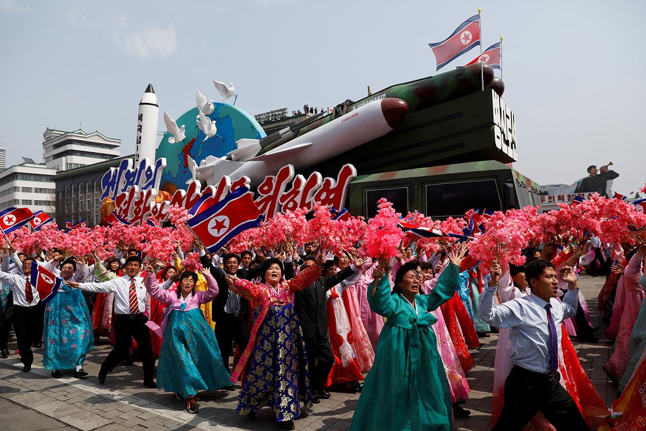 Ljudje ob pogledu na tuje novinarje med parado ob 105. obletnici rojstva Kim Il Sunga, Pjongjang, 15. april, 2017. Vir: Reuters