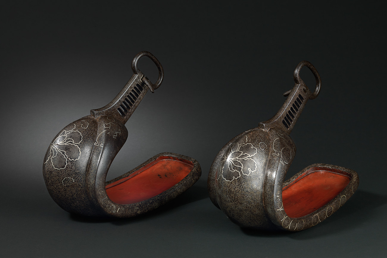 Traditional Japanese stirrups, end of the XVI - beginning of the XVII centuries. Museum of the East, Lisbon. Source: Moscow Kremlin Museums