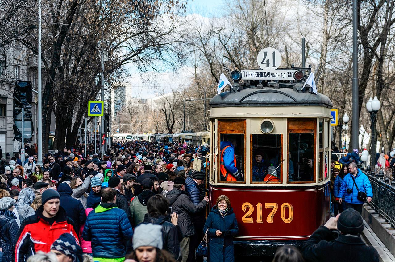 La Parade des tramways s'est tenue le 15 avril à Moscou et a attiré 200 000 visiteurs. 16 modèles différents de tramways y ont été présentés.
