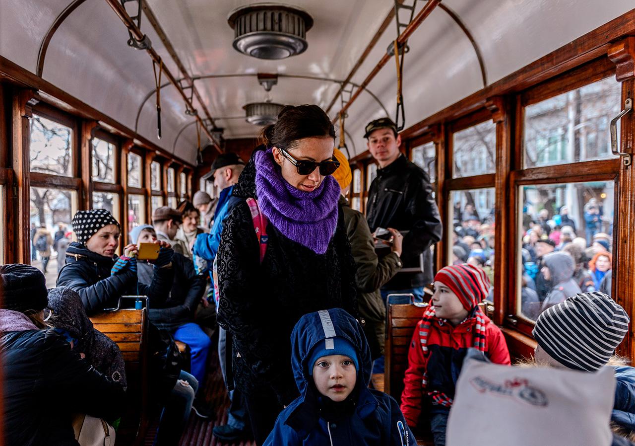 Avec l'apparition du métro dans les années 1930, puis du trolleybus dans les années 1940, les rails de tramway se firent plus rares dans la capitale.