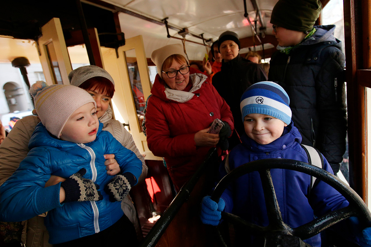 Les visiteurs les plus enthousiastes de la Parade des tramways étaient bien sûr les enfants. Différentes attractions étaient prévues pour les plus jeunes : construire des maquettes en carton, et même prendre place au volant d'un vrai tramway.
