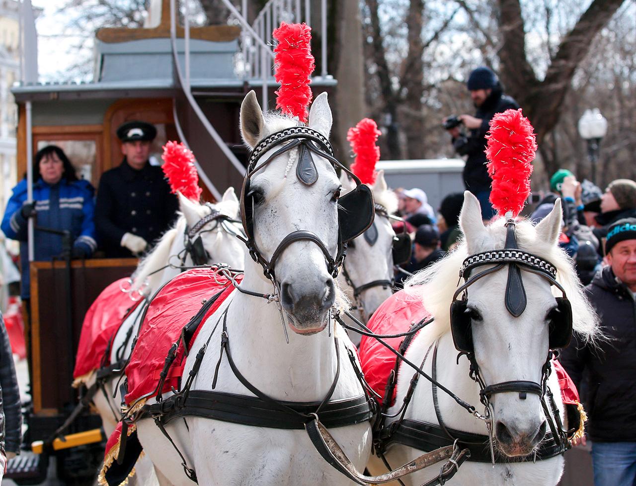 La première ligne de tramways pour passagers, tirée par des chevaux, fut inaugurée dans la capitale russe en 1872 et était conçue pour faciliter les déplacements des visiteurs de l'exposition polytechnique. Les wagons avaient été achetés en Angleterre. Avant cela, les Moscovites se déplaçaient à pied, employaient des voituriers ou bien utilisaient des calèches à plusieurs places (surnommées « linieïki »).