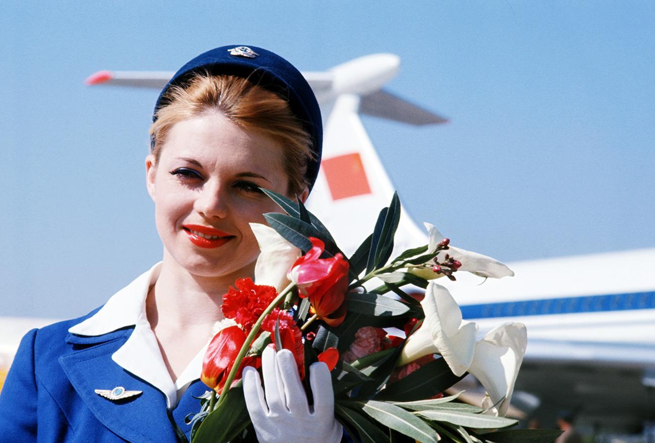 モスクワ・東京間の定期便は、アエロフロートとJALの共同運航であり、胴体には両航空会社のロゴタイプと社名が記されていた。サービスも両社の従業員が行った。こうした方式は、職業上の経験を交換するのに役立った。=