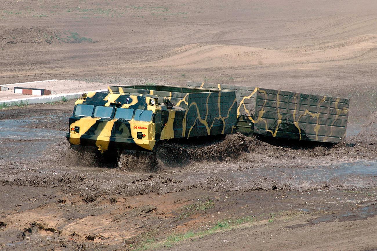 """Влекачот на гасеници """"Витез"""" за време показното возење во рамките на Меѓународната изложба на воена опрема, технологии и оружје на копнените сили VTTV-Омск-2005 во новиот изложбен комплекс """"Каскад"""" во Омск."""
