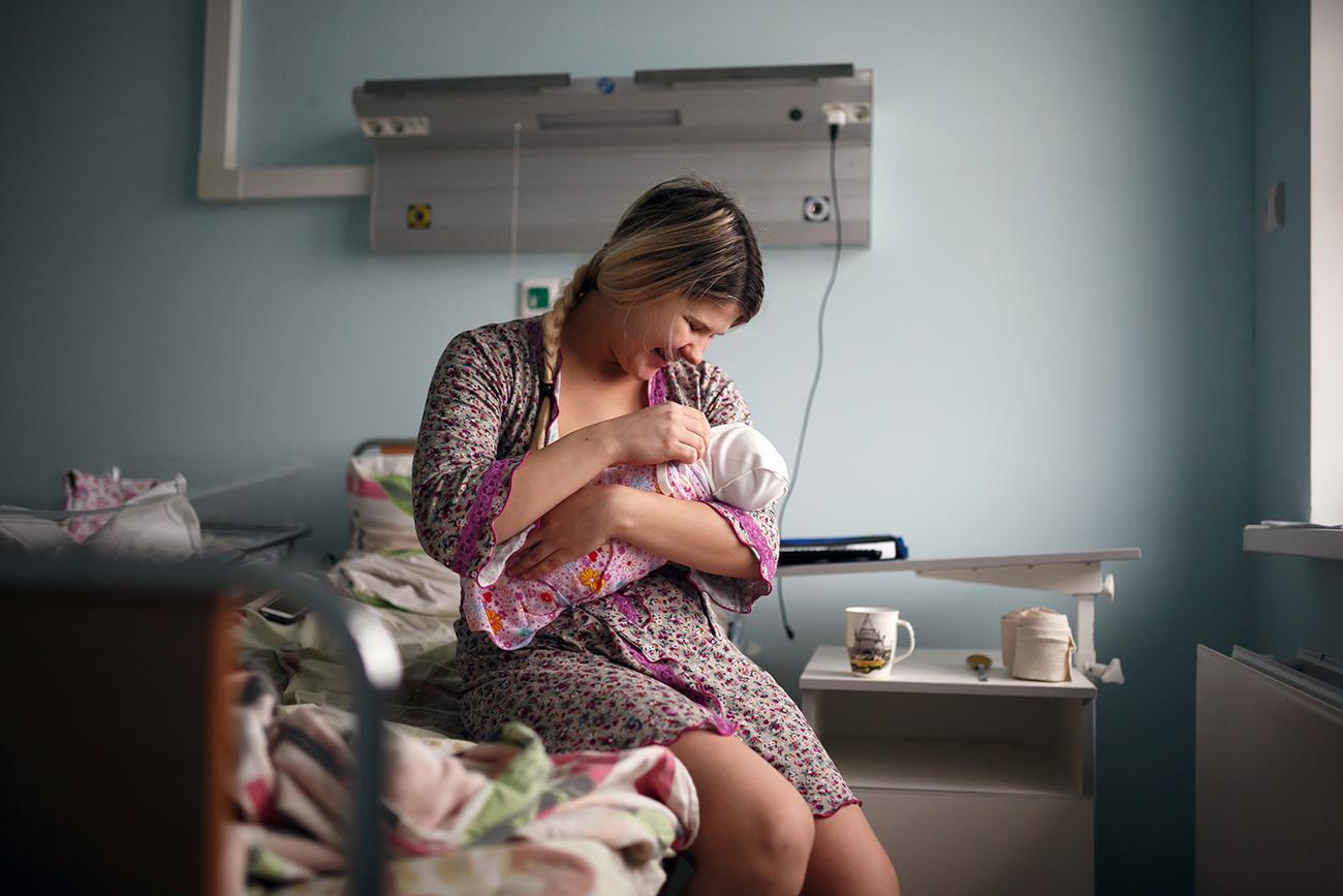 Seorang ibu dengan bayinya yang baru lahir di sebuah rumah sakit di Volgograd.