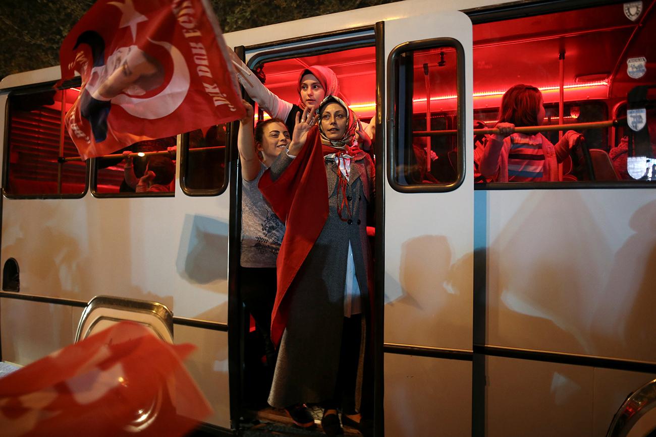 Ердоганове присталице након референдума. Илустрација: Reuters