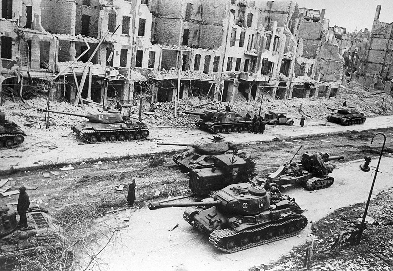 Sowjetische Panzer auf Berliner Straßen.