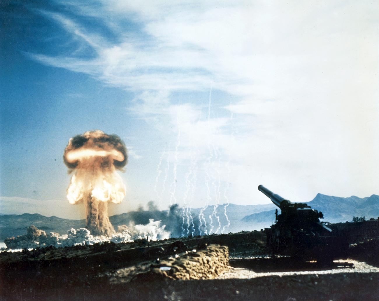 Sebagai bagian dari Operasi Upshot-Knothole, AS mencoba melepaskan tembakan peluru artileri berdaya 15 kiloton dari meriam 280 mm pada tahun 1953. Sumber: Pemerintah Federal Amerika Serikat