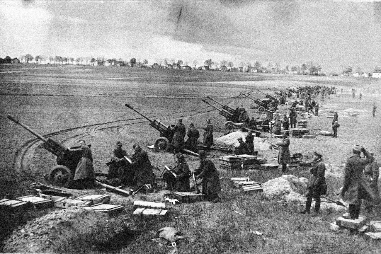 Soviet artillery at the Seelow Heights, April 1945. / Photo: Getty Images