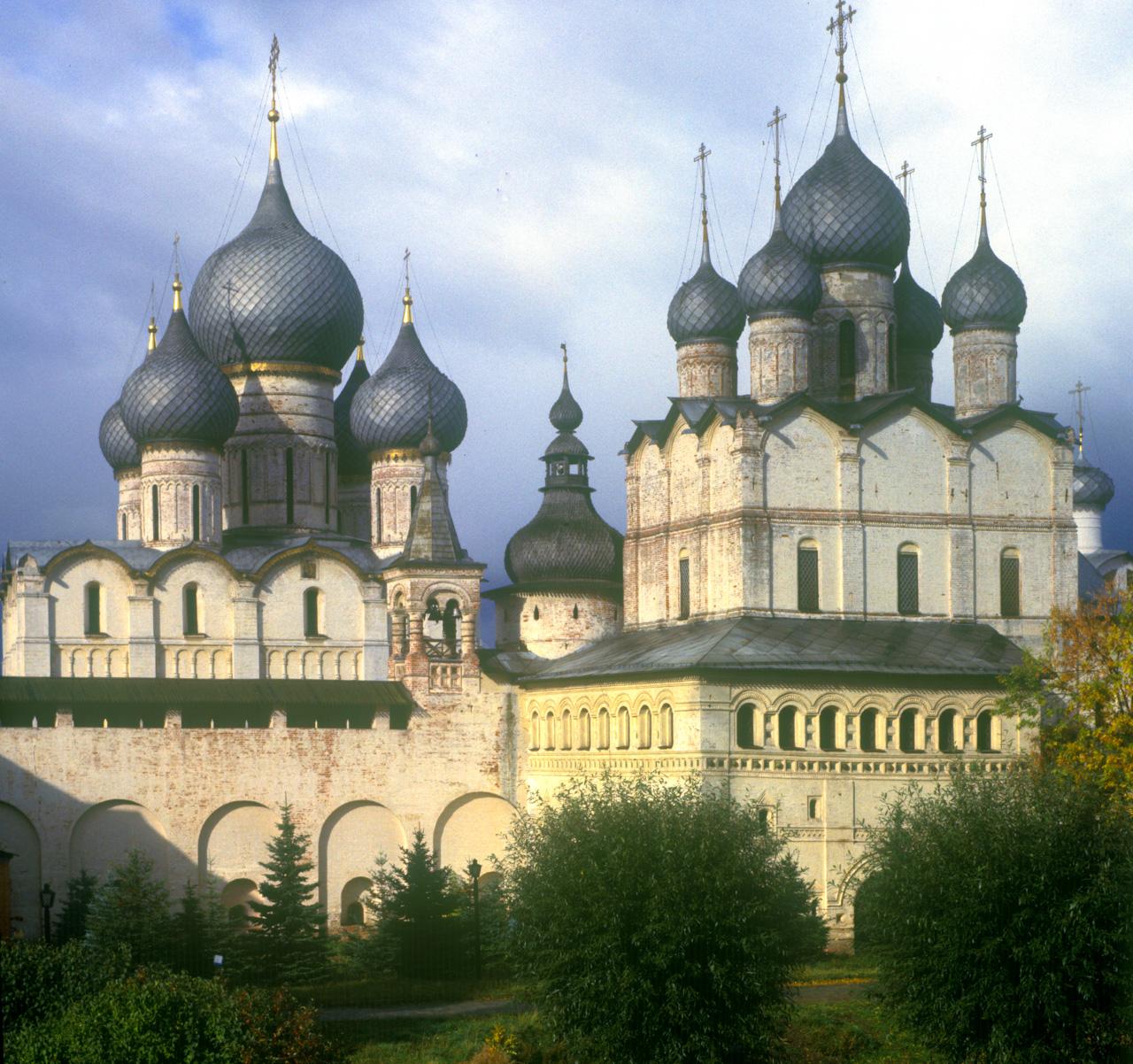 Rostov kremlin. Church of Resurrection (right), north wall, Dormition Cathedral. Oct. 4, 1992. / Photo: William Brumfield