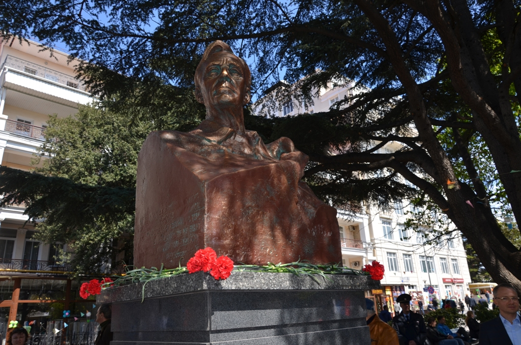 "The city head, Andrei Rostenko, said at the unveiling ceremony that Yalta continues to hold the former president in high regard and called him ""the greatest man."""