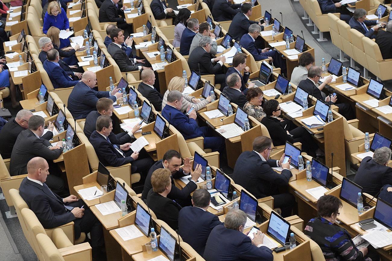 Poslanci med zasedanjem seje ruske Državne Dume.