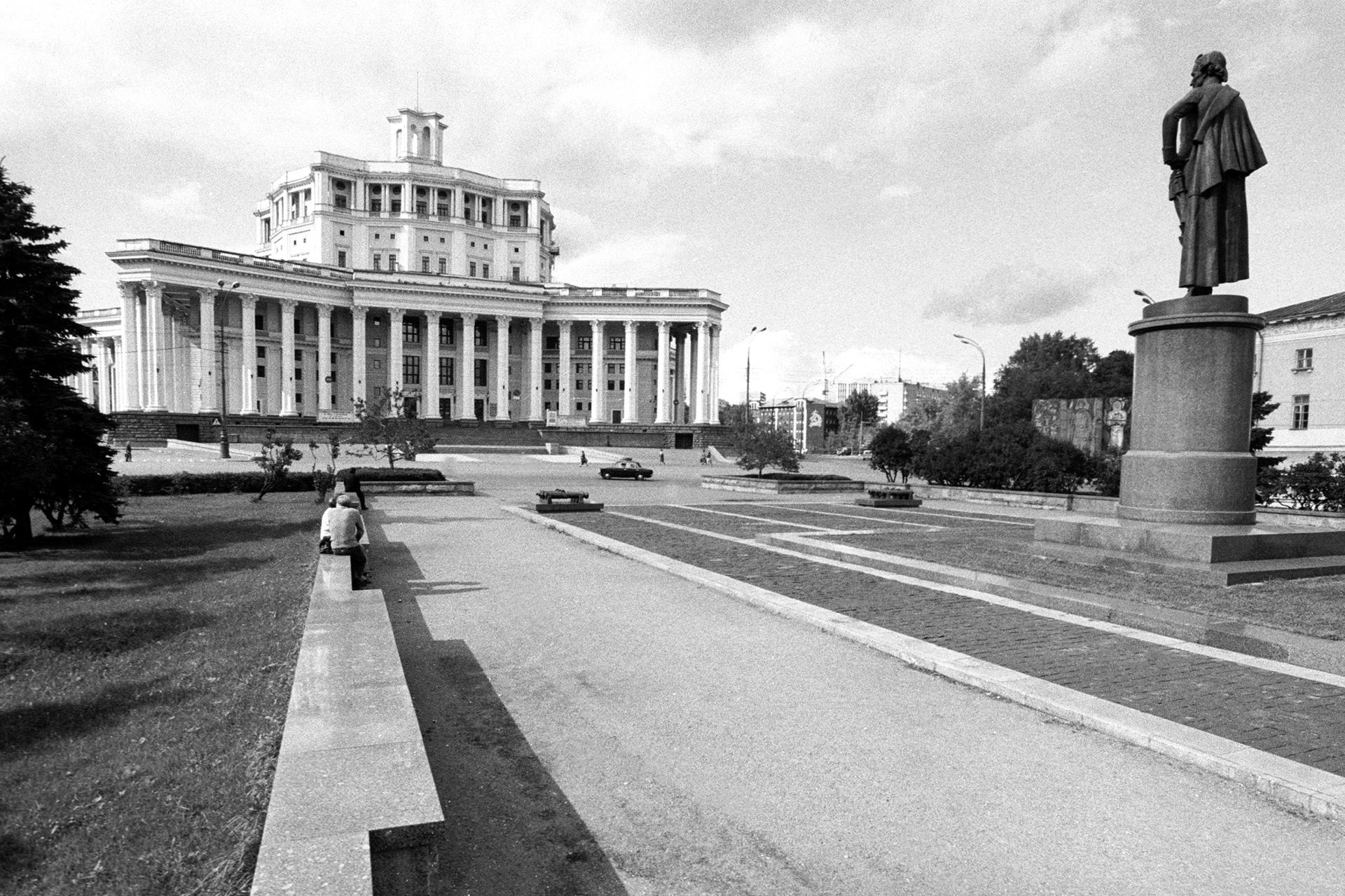 A public garden on Kommuny Square in front of the Central Academic Soviet Army Theater. Source: Vitaliy Karpov/RIA Novosti