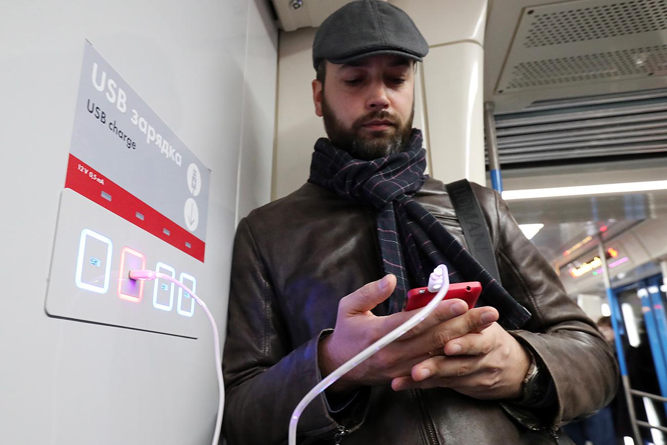 I vagoni sono dotati di prese per ricaricare i telefoni. Fonte: Vyacheslav Prokofyev/TASS