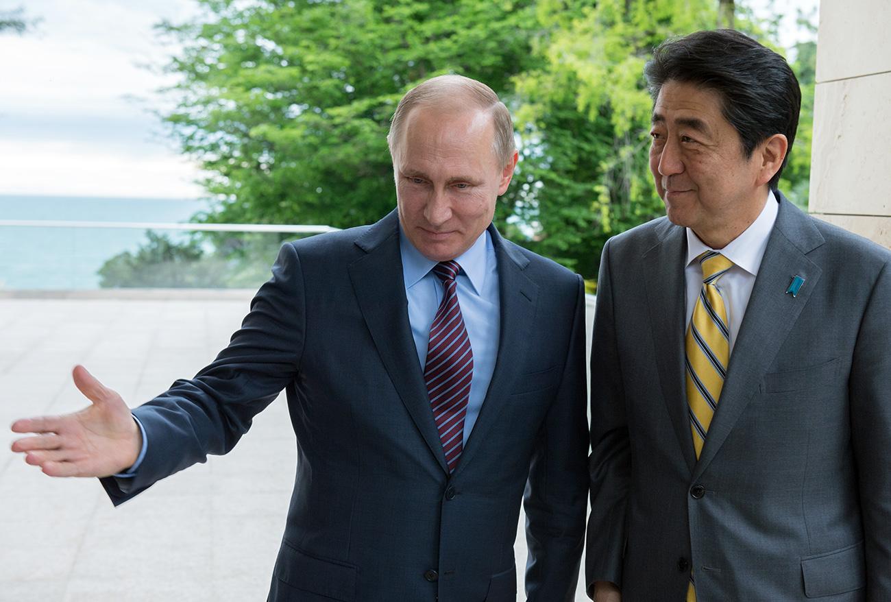 2016年、5月6日、ソチ、ロシア。ウラジーミル・プーチン大統領(左)と安倍晋三首相(右)。